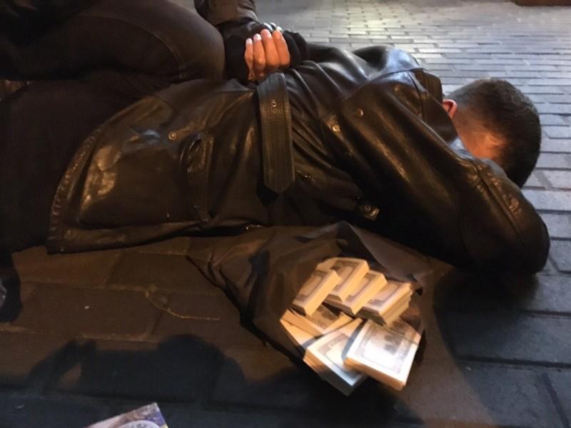 Инспектора Главного управления по вопросам труда в Одесской области поймали на взятке в $5 тысяч