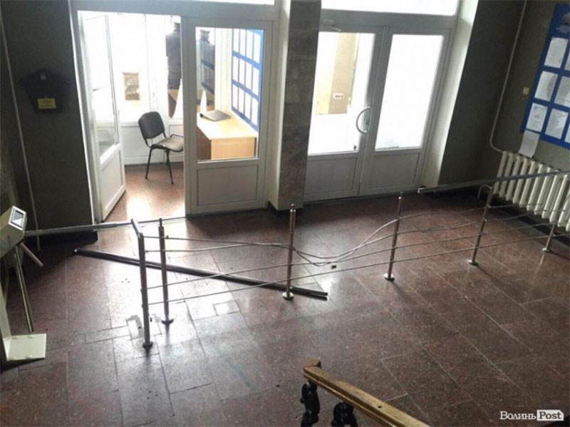 Активисты штурмовали Волынскую таможню: кабинет начальника разгромлен