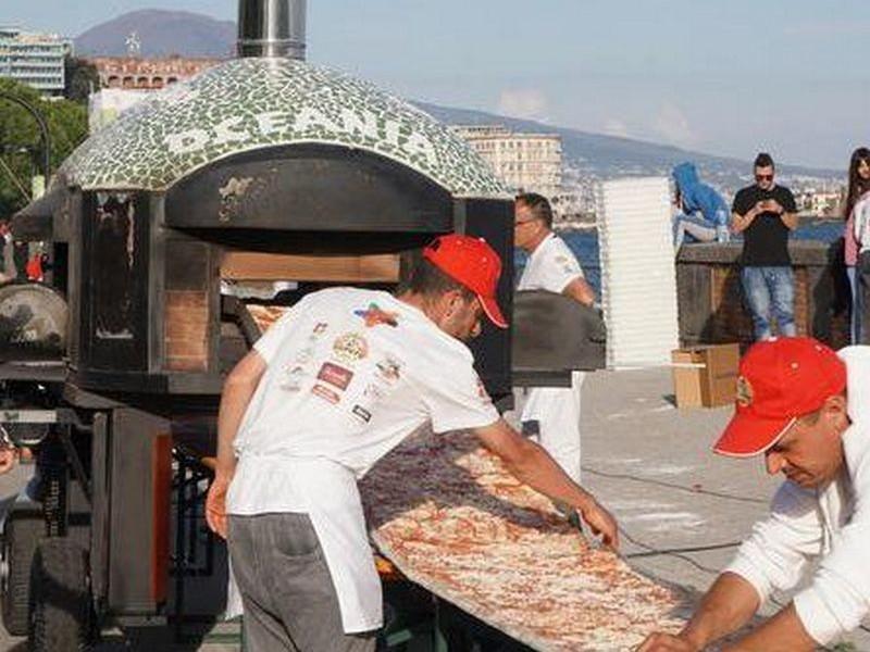 «Маргарита» длиной почти 2 км: в Неаполе приготовили самую длинную пиццу