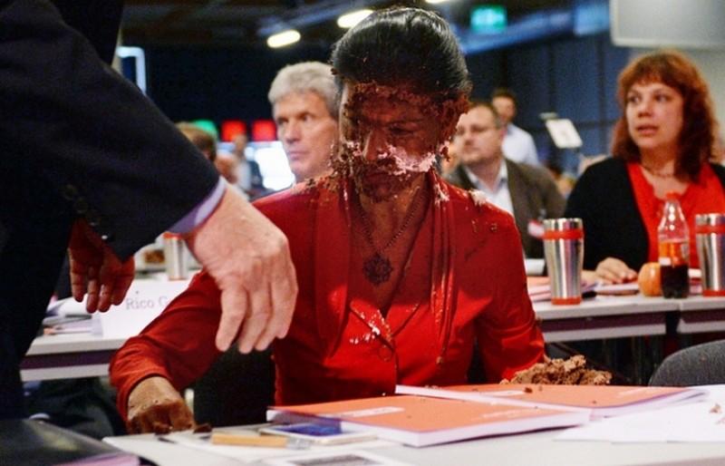 Торт в лицо за призыв снять санкции с России получила политик в Германии