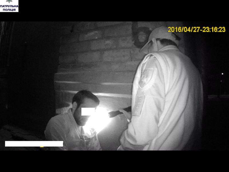 Жители Николаева задержали грабителя и передали его патрульным
