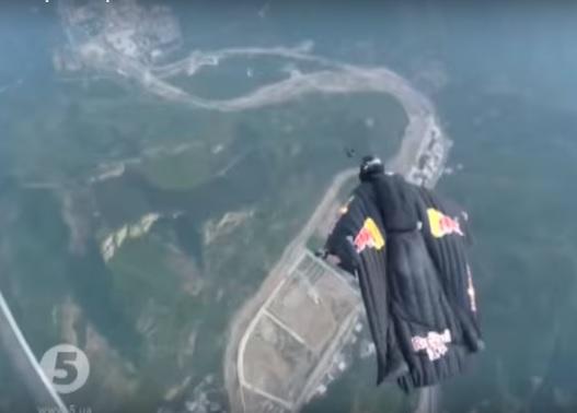 """""""Человек-стрела"""" в Китае показал супер скорость и приземлился на Великой стене"""