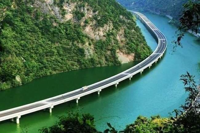 Инженерное чудо: в Китае построили первый в мире мост вдоль реки