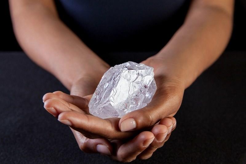 Женщина нашла в парке алмаз почти в три карата
