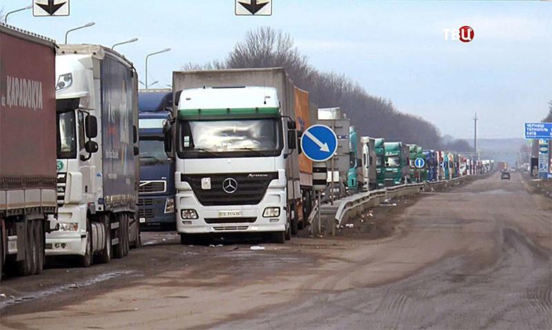 Десятки грузовиков перекрыли трассу Киев-Одесса: протестуют против весового контроля