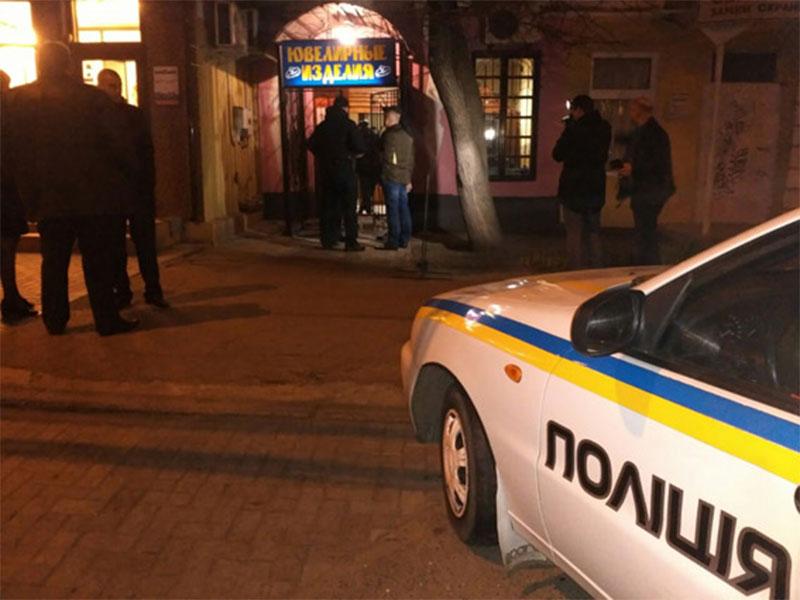 Николаевские патрульные по горячим следам задержали троих уличных грабителей