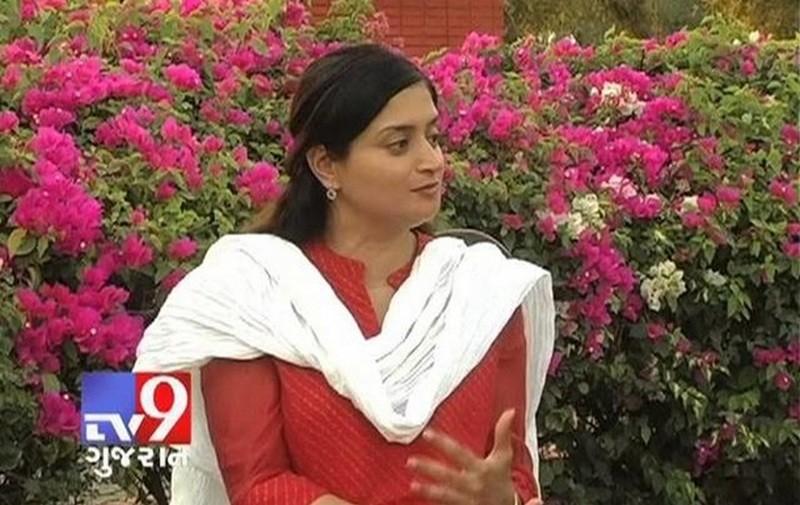 В Индии депутат провалилась под землю, давая интервью