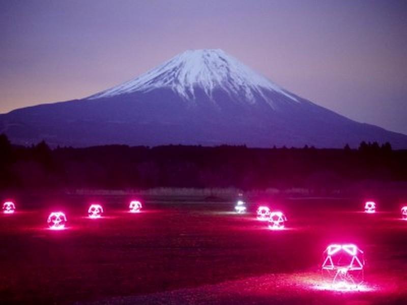 """В Японии провели """"небесный балет"""" дронов у горы Фудзи"""