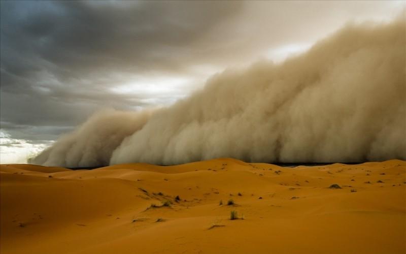 В Китае бушуют песчаные бури – стена песка и пыли достигает 100 метров, Голливуд завидует