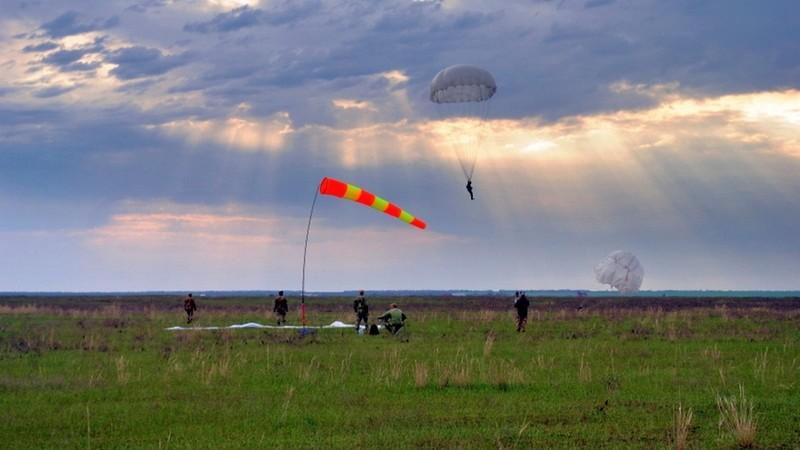 Николаевские морпехи выполняют прыжковую программу
