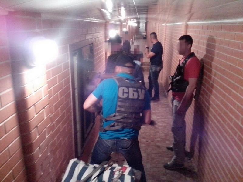 Сеть туннелей с сейфами с золотом, иконами, антиквариатом и $300 тыс. – СБУ рассказала и показала обыск у Николая Романчука дома