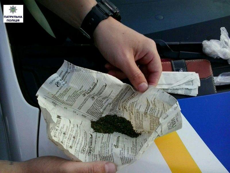 В Николаеве, остановив водителя за нарушение ПДД, патрульные обнаружили в салоне авто вещество, похожее на наркотическое