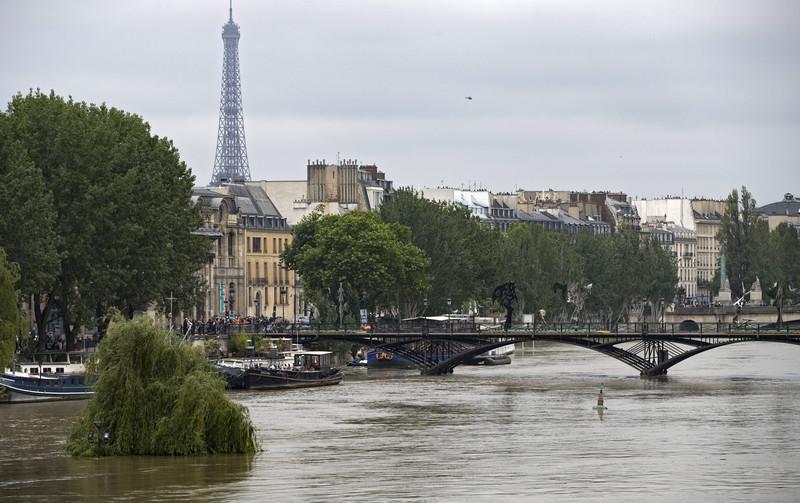 В центре Парижа произошла стрельба, убит один полицейский