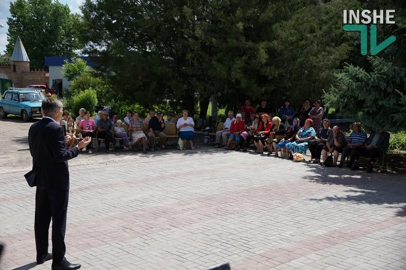 Народный депутат Жолобецкий подарил жителям Пересадовки 600 флагов Украины