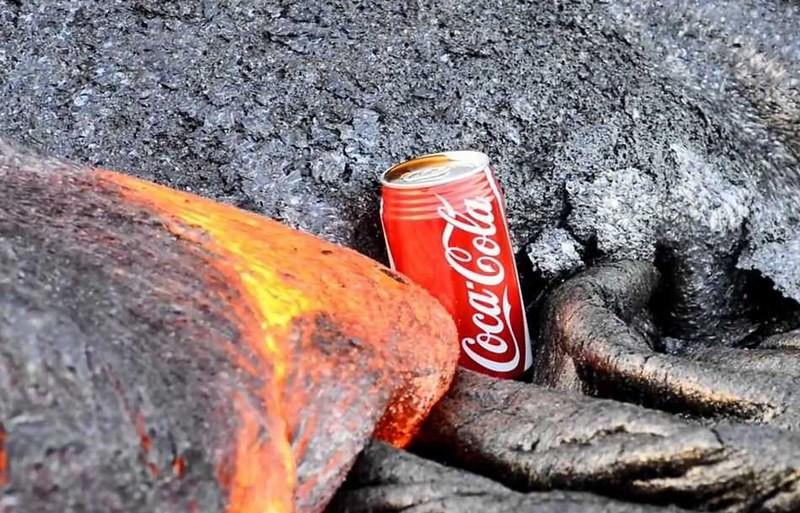 Завораживающее видео: поток лавы уничтожает банку кока-колы