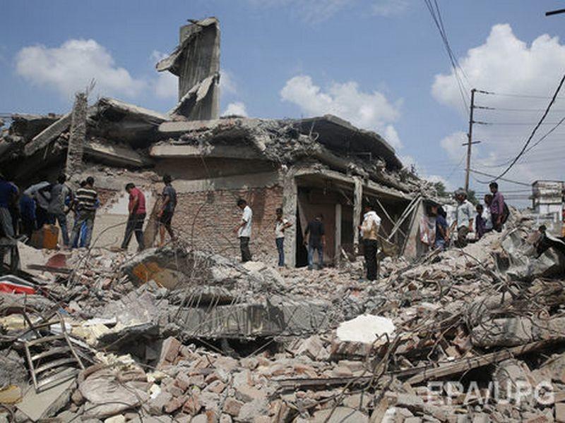 В Индии снесли четырехэтажное здание вместе с людьми