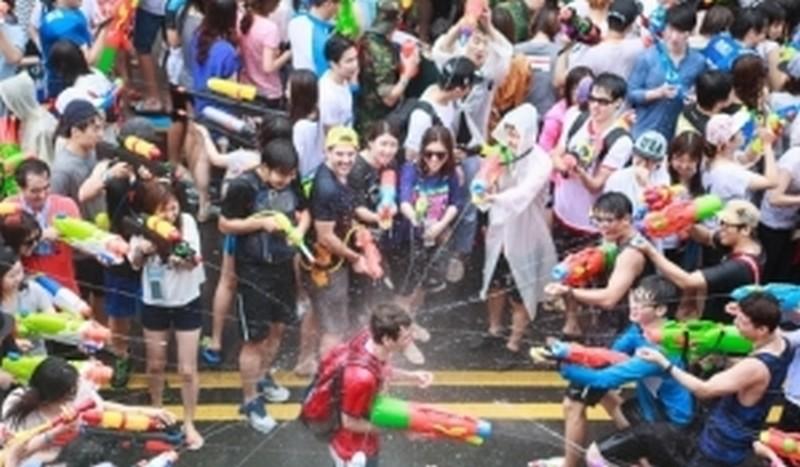 Они там так борются с жарой: в Корее прошел водный фестиваль
