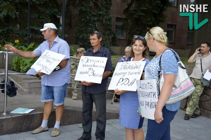 «Из Арбузинки нас не слышат»: арбузинцы пикетируют сессию Николаевского облсовета с требованием уволить главу РГА