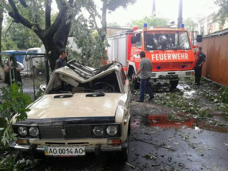 Ураган в Ужгороде. Вырывал с корнем деревья, давил машины, обрывал провода
