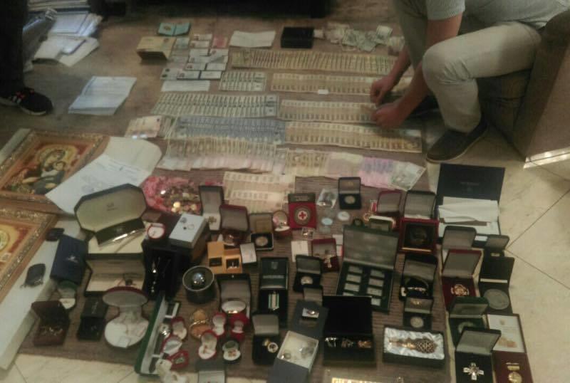 И снова ордена и медальки, золото, денги, иконы. Первые итоги обысков в Буче и Ирпине