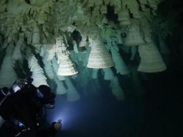 В Мексике в подводной пещере обнаружили уникальные каменные колокола