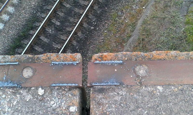 С моста у Калиновской развязки неизвестные сварочным аппаратом срезали 25 погонных метров ограждения