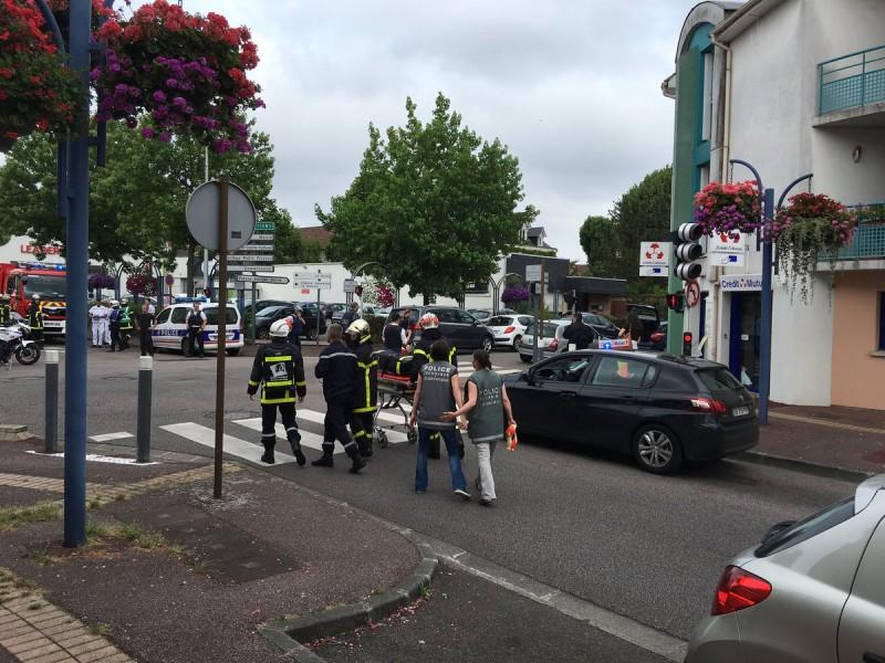 Во Франции захватили заложников в церкви. Убит священник