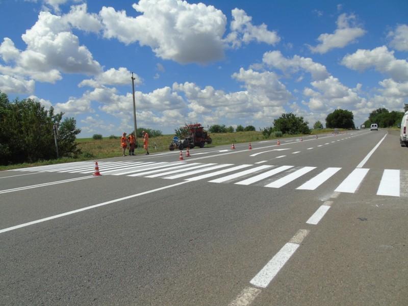 На Николаевщине дорожники устанавливают дорожные знаки и наносят разметку