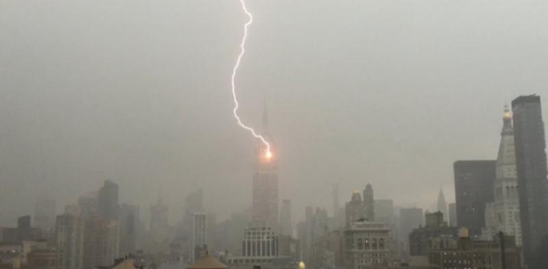 """В Нью-Йорке в один небоскреб молния """"бьет"""" регулярно. Но зафиксировали это впервые"""