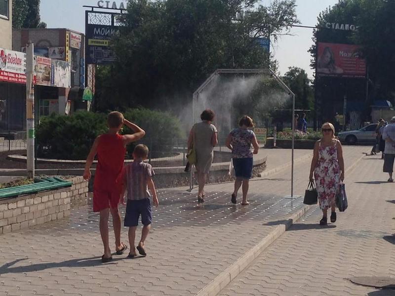 В Каховке для прохожих устроили спасение от аномальной жары