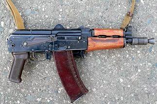 Стрелял по бутылкам: в Очакове полиция задержала мужчину, который носил в рюкзаке автомат АКС-74 и пистолет