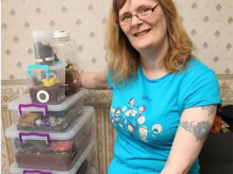 Чтобы победить арахнофобию, женщина завела дома 58 огромных пауков