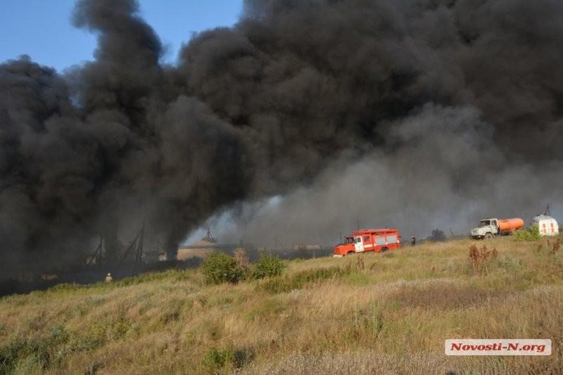 Под Николаевом горит завод переработки шин. Обновлено
