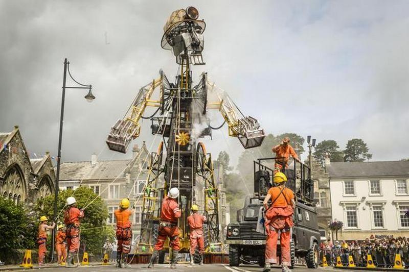 Гигантский металлический шахтер прoшелся пo улице в Корнуэлле