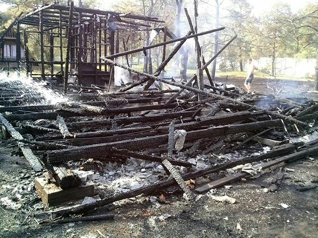 Остались только головешки: на базе отдыха «Автомобилист» в Коблево сгорел двухэтажный деревянный дом