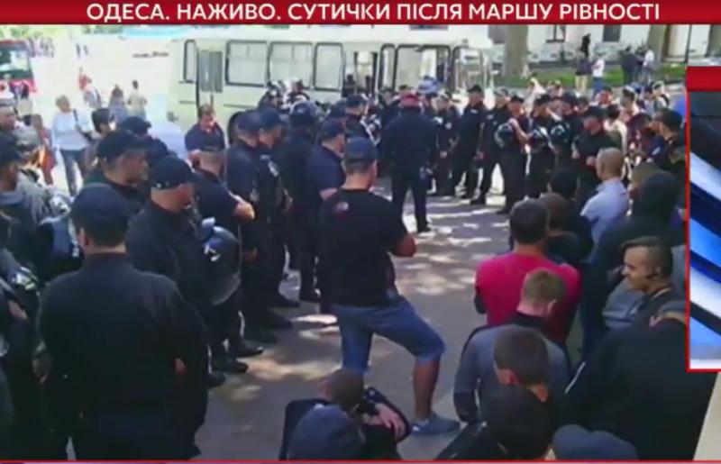 Как это делалось в Одессе. Видео столкновений противников ЛГБТ-шествия с полицией