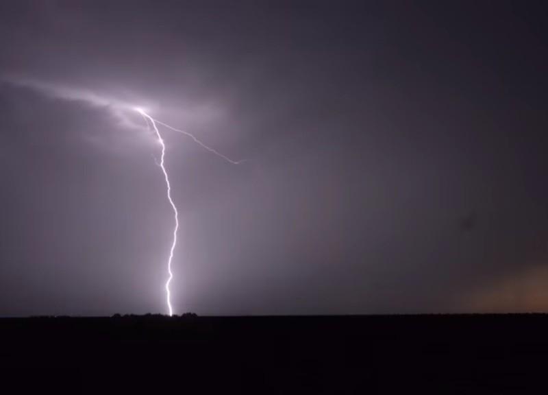 Очевидцам удалось снять уникальное явление: молнии бьют в небо