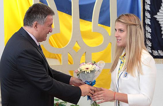 Послесловие к Олимпиаде: николаевскую саблистку Ольгу Харлан наградил Арсен Аваков