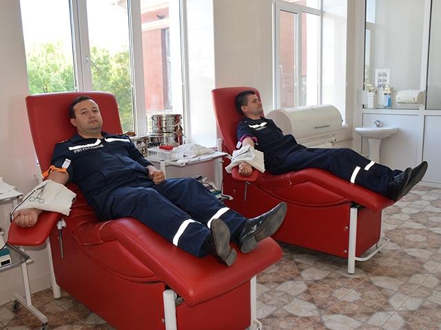 В профессиональный праздник – на станцию переливания крови: спасатели Николаевщины приняли участие в акции «Твоя кров – рятівна!»