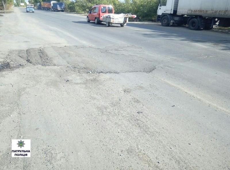 Могут, когда хотят: в Николаеве ликвидировали ямы на дорогах, на которые указали патрульные