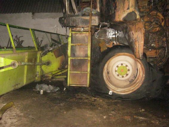 В Баштанском районе ночью сожгли комбайн – хозяин оставил его у дома