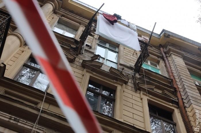 В Одессе женщина выпала с балкона 9-го этажа и застряла