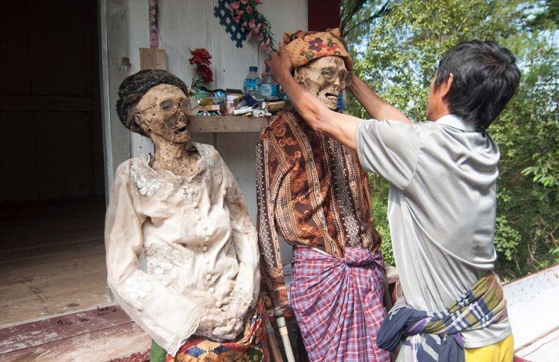 Вот так перемывают кости в Индонезии: каждый год, в августе, тораджи выкапывают своих родственников…
