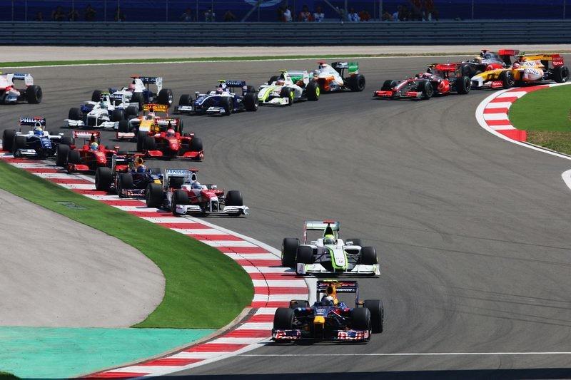 На старте гонки Формулы-1 болид взорвался, пилот 32 секунды был в огне (ВИДЕО)