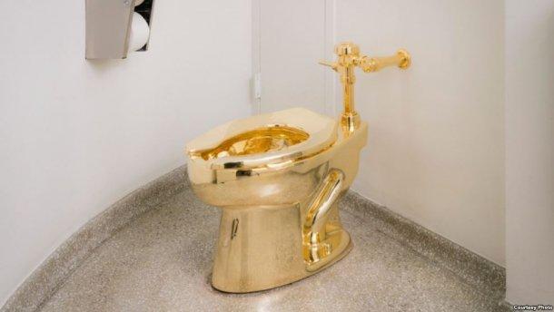 """Золотой унитаз """"Америка"""" стоимостью в ₤1 млн похищен из дворца, в котором родился Черчилль"""