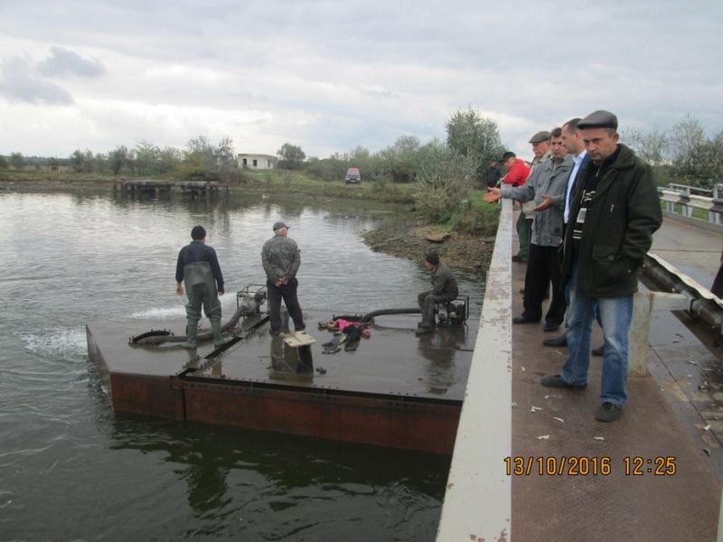 Ремонт моста в Снигиревском районе: поднят один понтон, на очереди второй