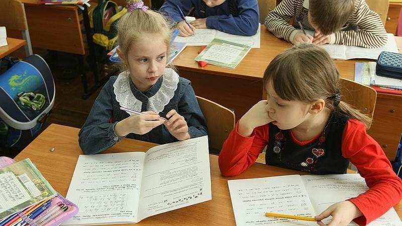 """Лучше поздно, чем совсем поздно: в украинских школах изымают пособие по русскому языку со стихами о """"гордом""""  гербе РФ"""