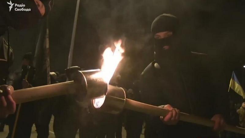 «Рабів до раю не пускають!»: в Сумах День достоинства и свободы отметили шествием с фаерами и факелами