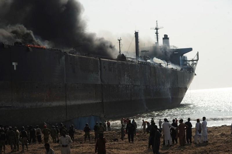 В Пакистане взорвался старый танкер во время утилизации. Уже известно о 12 погибших