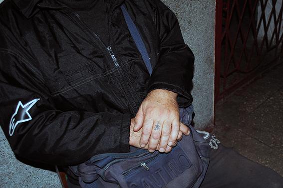 Двое мужчин пришли в николаевский магазин за спиртным и сигаретами – правда, ночью, и с ломиком вместо денег
